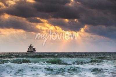 Фотообои заходящего солнца на море с парусное грузовое судно