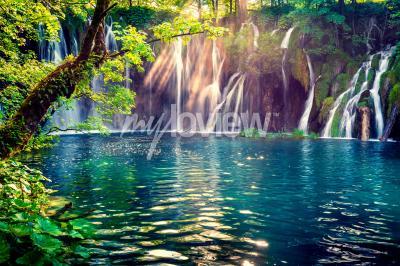 Фотообои Последний солнечный свет освещает водопад чистой воды в Национальном парке Плитвиц